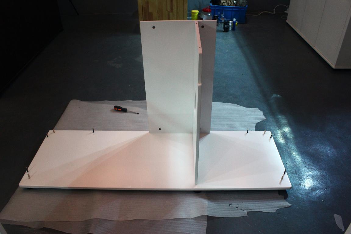 迪茨鱼缸底柜安装步骤:           1,底板装上六个垫脚,其中有两个
