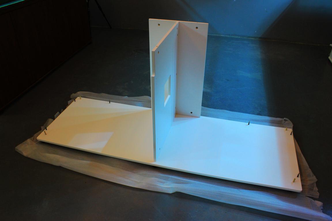 迪茨鱼缸底柜安装步骤:     1,底板装上六个垫脚,其中有两个垫脚装